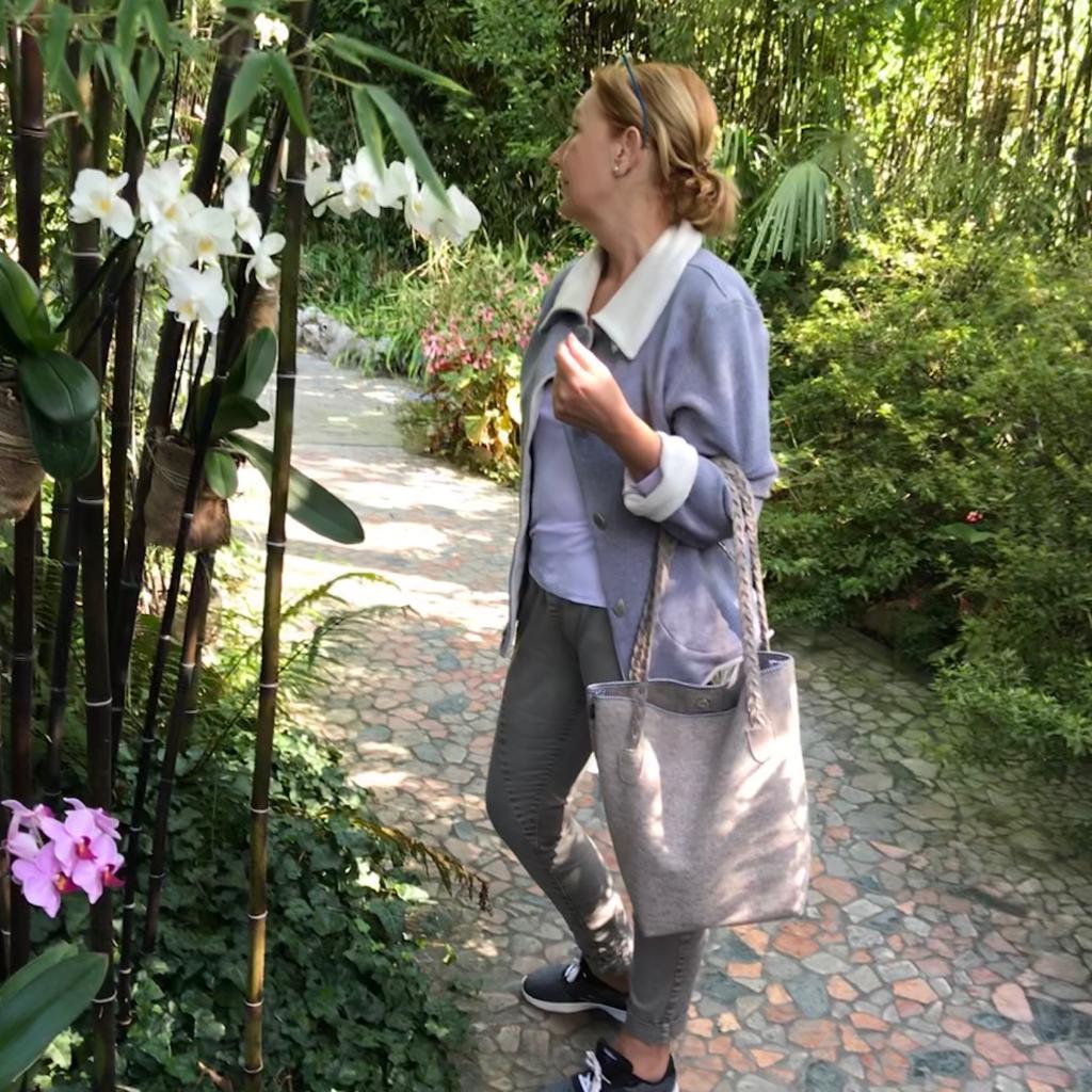 Shopper Betty im André Heller Garten..