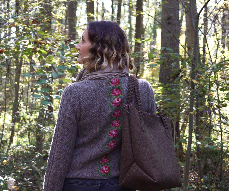 Betty, dem Shopper in einem warmen Braun - die Farbe ist ein Melangeton und erinnert an Baumrinden